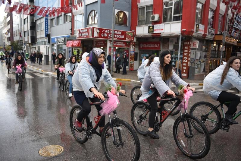Karesili kadınlar korkmadan pedala basıyor