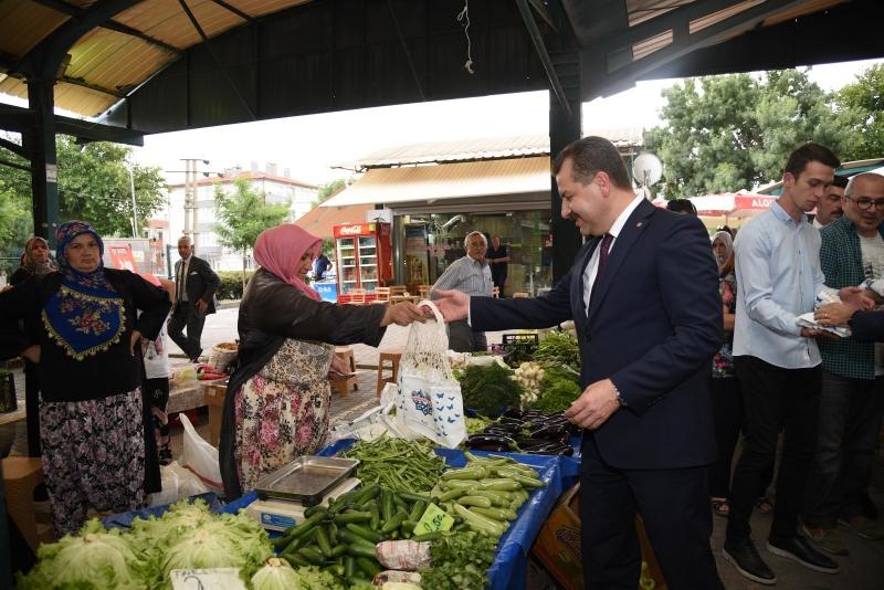 Başkan Yılmaz ve Karesi Çocuk Meclisi pazarda bez torba dağıttı
