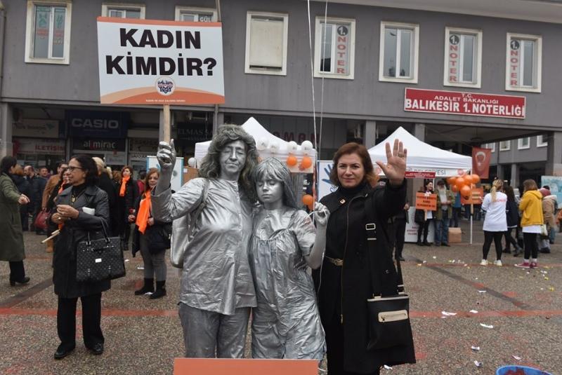 Karesili kadınlar kadına şiddete canlı heykellerle dikkat çekti