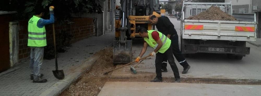 Karesi'de asfalt onarım ekibi mesaide