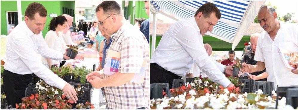 Başkan Yücel Yılmaz, çiçek dağıttı