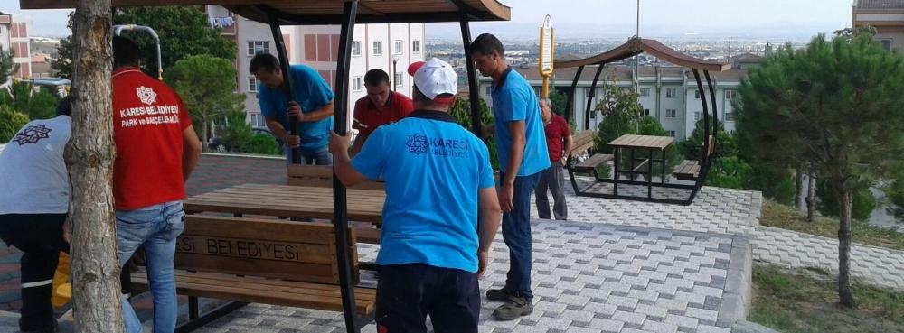 Karesi'de parklara yeni çatılı piknik masaları
