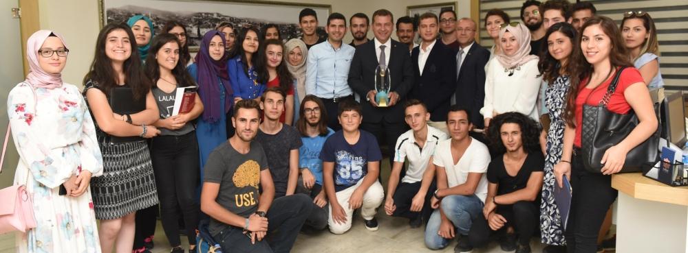 CUMHURBAŞKANI'NDAN ÖDÜL ALDI Ödülünü gençlerle paylaştı