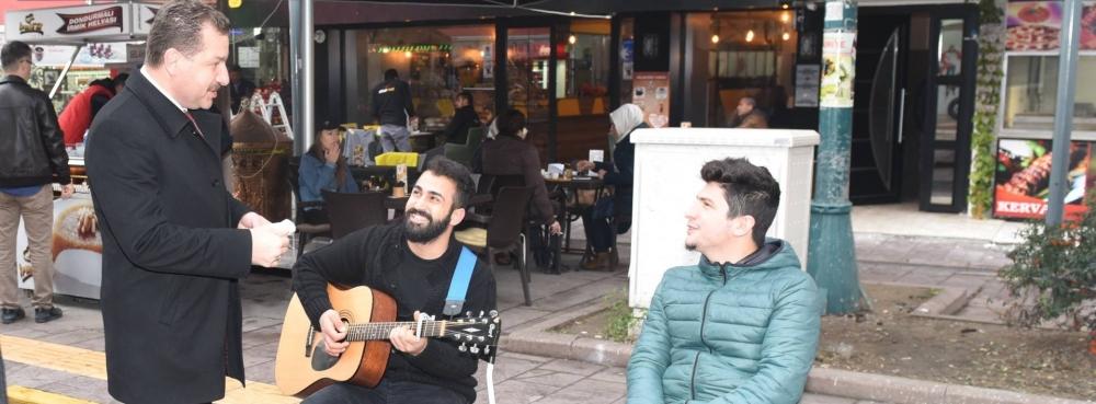 Başkan Yılmaz sokak müzisyenlerinin yanında